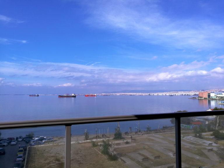 Η θέα της πόλης από το μπαλκόνι