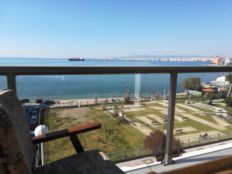 Η παραλία από το μπαλκόνι